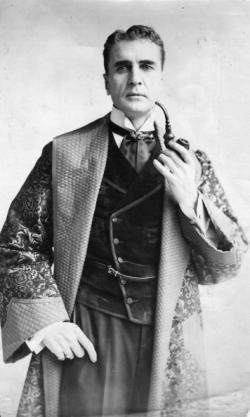 William Gillette in the first stage production of Sherlock Holmes, circa 1905. Credit: Hutton Archive/Getty Images.