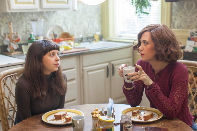 Bel Powley as Minnie and Kristen Wiig as Charlotte in The Diary of a Teenage Girl.