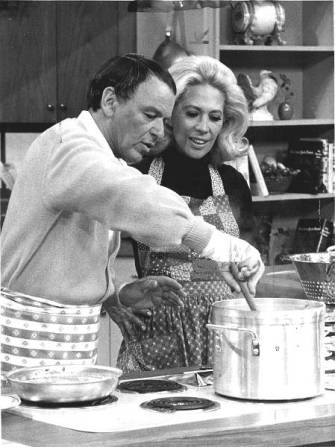 Frank Sinatra and Dinah Shore preparing tomato sauce in 1970. Credit: SinatraFamily.com.