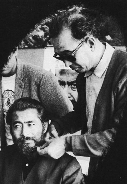 Kuro gives Red Beard trim 1965.jpg