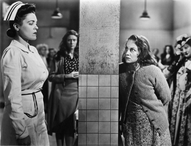snake-pit-the-1948-001-olivia-de-havilland-and-nurse-across-concrete-pillar-00m-uc6